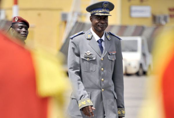 general gilbert diendere a l aeroport