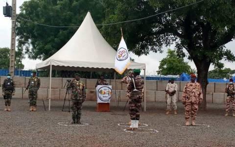FC G5 Sahel: le général Namata passe le fanion de commandement au général tchadien Oumar Bikimo