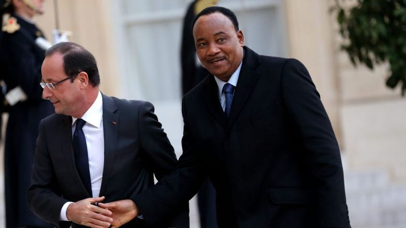 hollande welcomes niger president issoufou