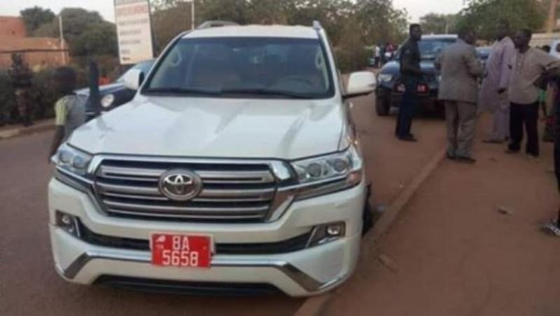 vehicule ministre Yaouza encercle Bis bell